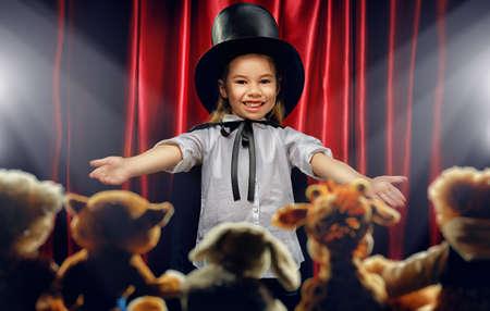 mago: el pequeño mago hace trucos Foto de archivo