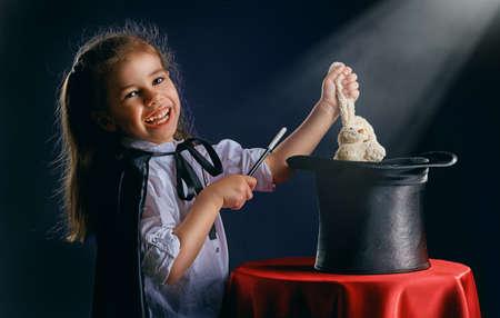 le petit magicien fait des tours