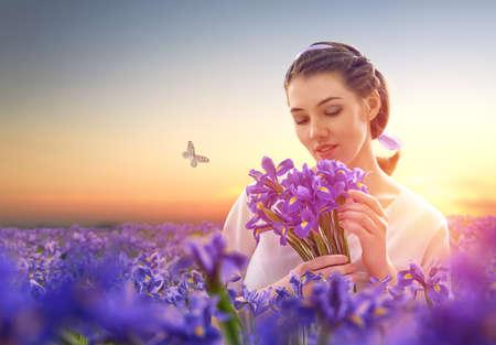 jardines con flores: hermosa chica con flores silvestres