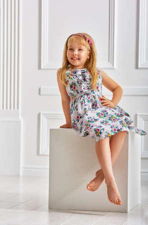 petite fille avec robe: petite fille belle robe Banque d'images
