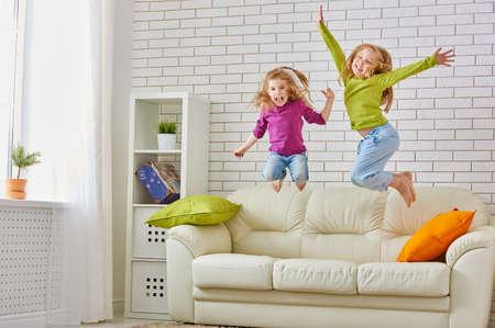 ni�os riendo: amigos felices se divierten juntos