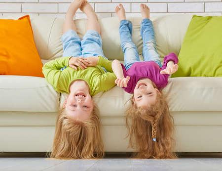 familias felices: amigos felices se divierten juntos