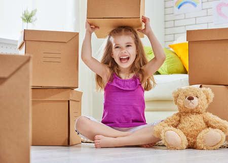 cajas de carton: Chica feliz jugada a un nuevo hogar Foto de archivo