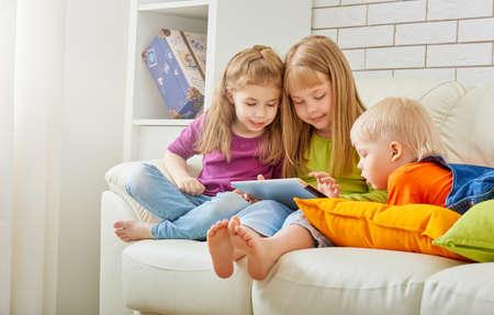 niños felices: niños felices celebración de la tableta digital Foto de archivo