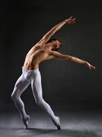 ballet hombres: Bailarín de ballet moderno en el fondo negro