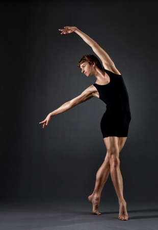 ballet hombres: Bailar�n de ballet moderno en el fondo negro