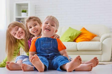 sonriente: amigos felices se divierten juntos