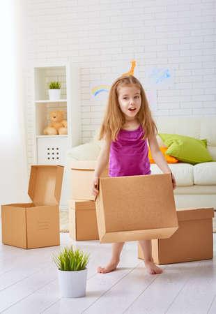 cajas de carton: el paso a un nuevo hogar Foto de archivo
