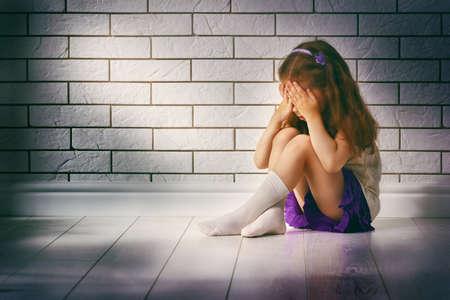 fille pleure: la petite fille a peur