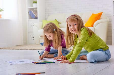 niños felices: niños felices pintan juntos Foto de archivo