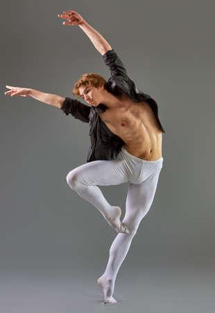 bailarina de ballet: Bailar�n de ballet moderno en el fondo gris