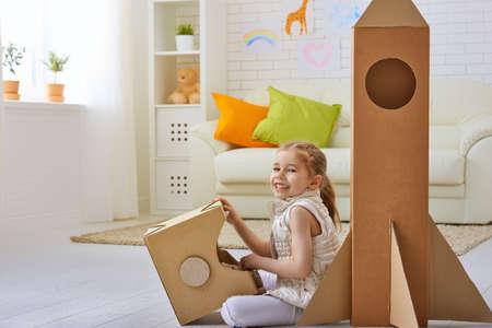 cajas de carton: un niño juega en el astronauta