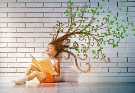 책을 읽고 작은 아름 다운 아이 스톡 콘텐츠