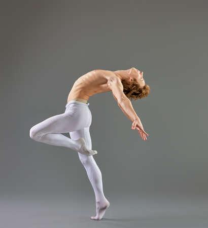 ballet hombres: Bailarín de ballet moderno en el fondo gris