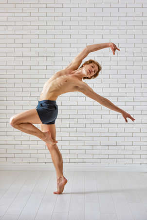 ballet hombres: Bailarín de ballet moderno en el fondo blanco