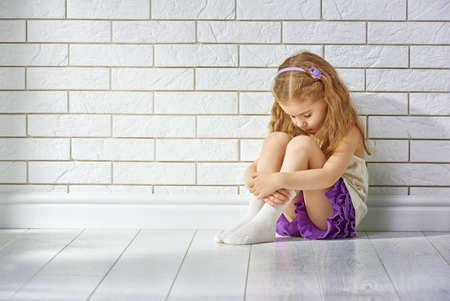 persona sentada: la niña tiene miedo