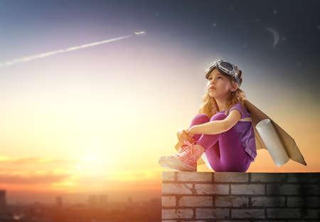 Dziecko ubrane w kostium astronauty
