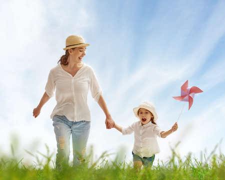 niño corriendo: madre feliz y explotación infantil