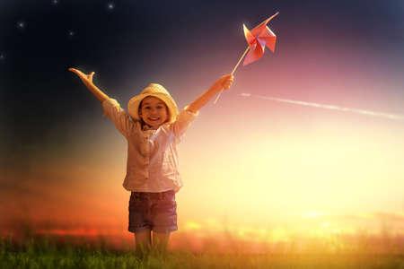 NATURE: una vida hermosa niña disfrutando