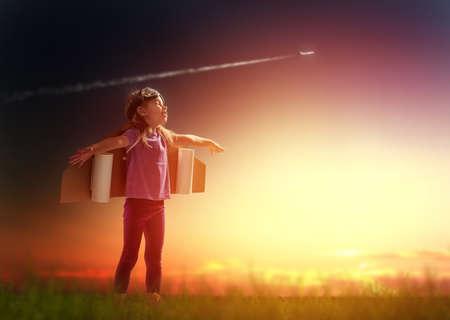 sen: dítě je oblečený v kostýmu astronauta Reklamní fotografie