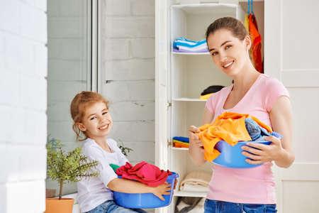 madre trabajando: familia con una palangana llena de ropa