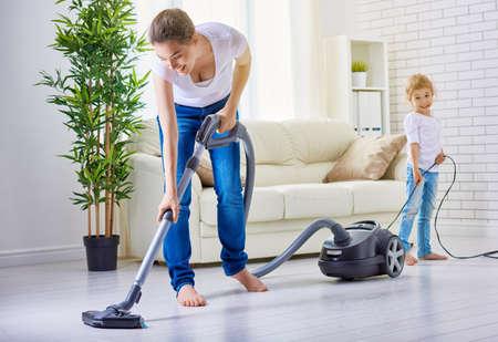 personal de limpieza: familia feliz limpia la habitación Foto de archivo