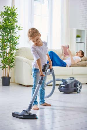 madre trabajando: familia feliz limpia la habitaci�n Foto de archivo