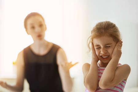 personne en colere: m�re gronde son enfant
