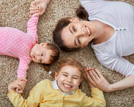 niños felices: madre feliz con sus hijos