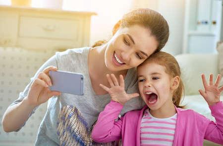 mama e hija: madre e hija haciendo una selfie Foto de archivo