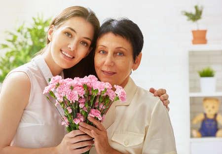 madre e hija: madre e hija con flores