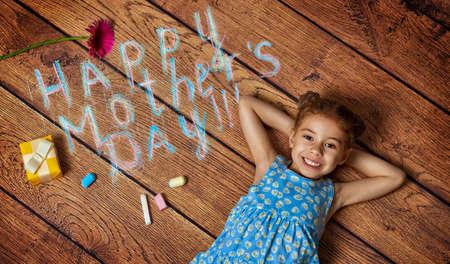 ni�as peque�as: ni�o desea madre feliz vacaciones Foto de archivo