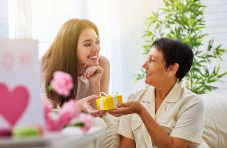 madre: madre e hija con el regalo Foto de archivo