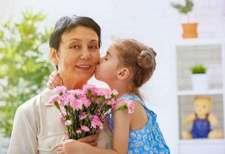 ragazza innamorata: nonna e nipote con i fiori Archivio Fotografico
