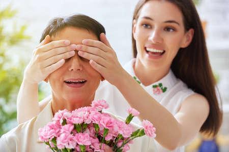moeder en dochter met bloemen Stockfoto