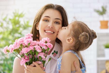 florecitas: madre e hija con flores