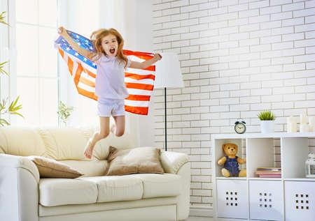 julio: niño sostiene una bandera de América
