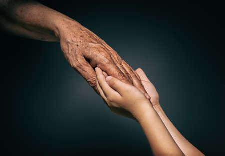 держась за руки: пальмовое молодежи и взрослых