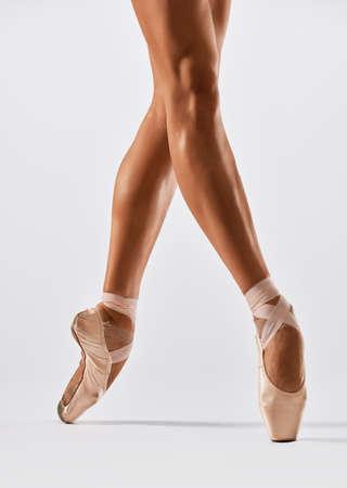 Bailarina bailando en punto en estudio