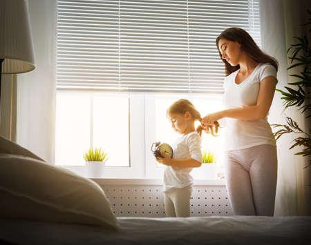 ni�as peque�as: madre que peina el pelo de su hija