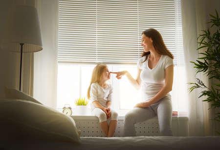família: mãe brincando com sua filha