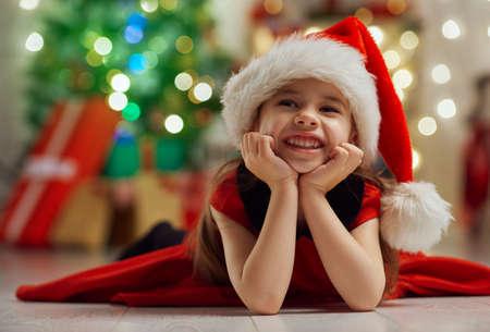 niños sonriendo: niña linda con los regalos de Navidad
