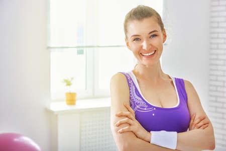 cuerpo femenino: hermosa chica se dedica a los deportes