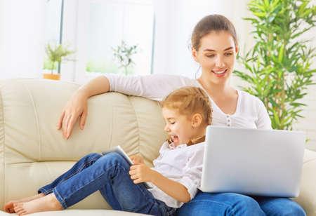 madre: madre feliz y explotación infantil