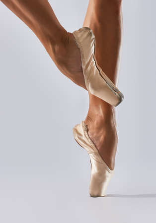 pies bailando: Bailarina bailando en punto en estudio