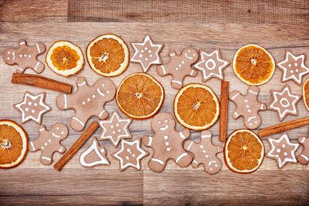 naranja: Pan de jengibre sobre fondo de madera