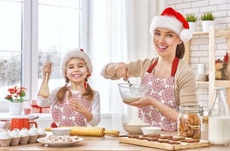 galletas: madre e hija cocinar galletas de Navidad