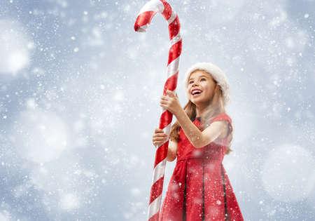 Nochebuena! Niño feliz con un gran Lollipop Navidad Foto de archivo - 48147910