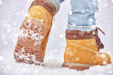 Una passeggiata nella neve. primo piano di scarpe invernali. Archivio Fotografico - 48710964