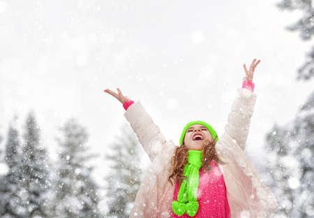 bebes ni�as: Muchacha feliz del ni�o que juega en un paseo de invierno en la naturaleza
